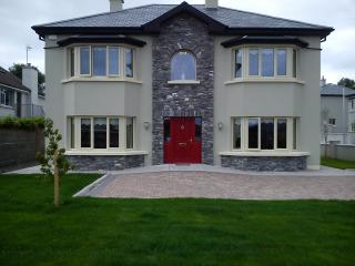 4 Bed House, all en-suite , 3 mins walk Killarney, opp. Nat Pk free park & wi-fi