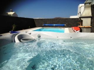 Pool Garden with BBQ and Jacuzzi Bluebeach.info