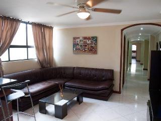 three bedroom 3 blocks from lleras AC Hot tub.