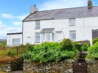HENFRO, woodburner, WiFi, dog-friendly, terrace cottage in Llithfaen, Ref. 28732, Trefor