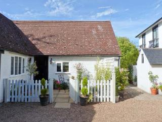 EDGEWOOD HOUSE COTTAGE, enclosed garden, WiFi, woodburner, beams, all ground