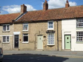 ALPINE HOUSE, good location, enclosed garden, charming character cottage in Pickering, Ref. 912910