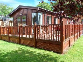 20 THIRLMERE, pet-friendly lodge with WiFi, deck, use of pool, gym etc Ref 915170, Troutbeck Bridge