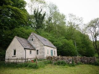 Secluded woodland cottage at the end of a Cotswolds track