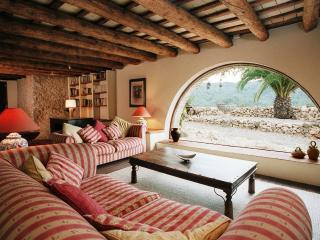 Large downstairs sitting room with views of the terrace and Garraf. Hundreds of books and free WIFI