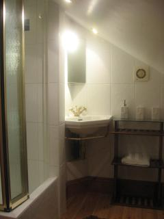 Loft Bedroom en suite - Sower, toilet and basin
