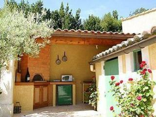 2 bedroom Provence holiday house boasts large terrace, Avignon
