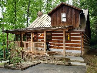 Romantic 1 Bedroom Cabin with Pool Table, Walk to Downtown Gatlinburg