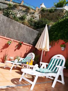 Casa Zahra - Patio con ducha, tumbonas y sombrilla