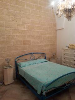 Camera da letto matrimoniale con mura in pietra leccese e volte a stella