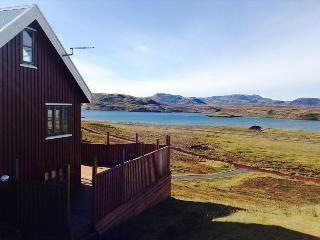 Luxury cottage by the Lake in the Golden Circle, Amazing Lake and Mountain Views, Thingvellir