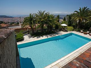 Apartment in nice villa, pool, garden, parking, Niza