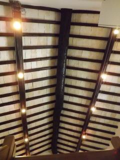 soffitto sala con travi originali del 1300