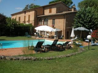 Apartment in Tuscan cottage in Siena, lovely swimming poool and garden space