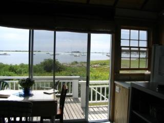 Riverfront cottage one mile from ocean, Westport