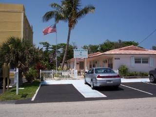 100 steps to Beach and Ocean- fully furnished-WiFi, Deerfield Beach