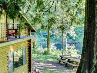 Spacious, riverfront lodge with beach access, private hot tub & forest views!, Washougal