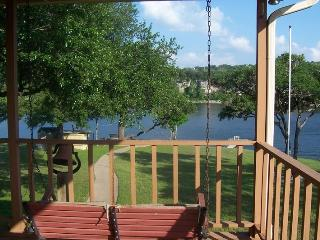Waterfront HM w/Dock--Easy Walk to Water! Sleeps 8, Spicewood