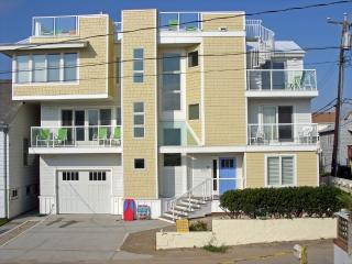 Semi Oceanfront N. End Elevator RF Deck 7HDTV 3 FP, Virginia Beach