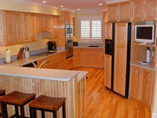 Gourmet kitchen w/ bar - beautiful natural  maple