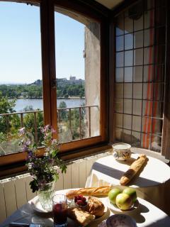 petit-déjeuner devant le Rhône et à Avignon - breakfast facing Avignon