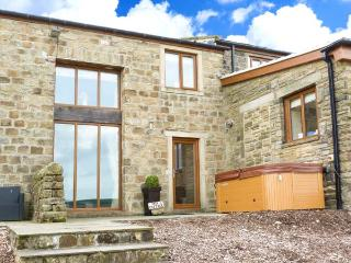 MIA COTTAGE, pet-friendly cottage with hot tub, superb views, country setting, quality accommodation near Haworth Ref 913035