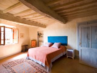 Charming, restored house in southeast Tuscany, features log fire and balcony, sleeps 4, Cetona