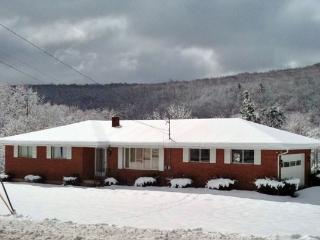 4 minutes to Camelback slopes - 1+ Acre Ranch Home, Tannersville