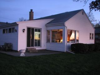 Lake Front Cottage with great views & fishing, Oshkosh