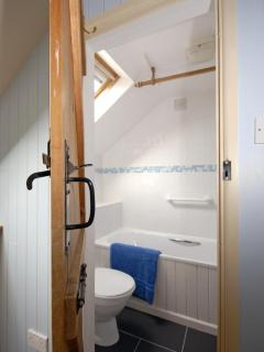 North Pembrokeshire holiday cottage - twin en-suite bath/shower room