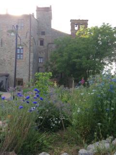 Parte del giardino a disposizione ed abside della chiesa Abbazia dei Sette Frati - Agriturismo Fratr