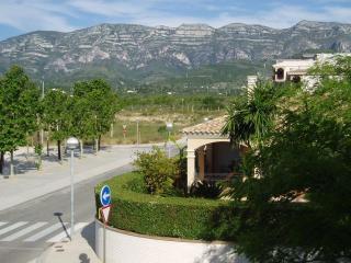 Vista al exterior a la montaña del Montsiá; desde los 2 dormitorios dobles.