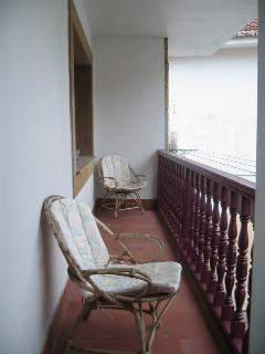 Balcón orientado a mediodia. Con un sillon reclinable.