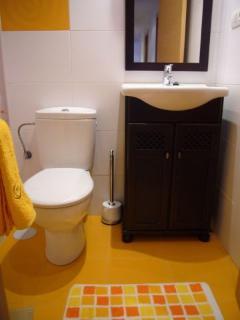 Baño moderno completo con plato de ducha