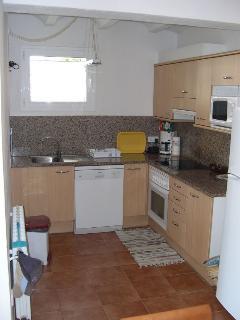 Práctica cocina totalmente equipada, microondas, lavavajillas, horno, fuegos electricos, nevera, etc