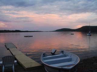 Cozy Cabin On Lake & Near Bay w/2 Kayaks,Canoe, Swanville