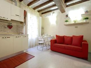 Bright, charming studio apartment in Florence, steps from Ponte Vecchio, wi-fi available