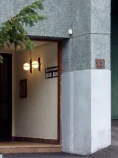El portal con la entrada al garaje a la derecha.