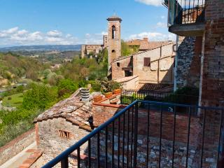 Amazing Tuscan holiday apartment in the historical Town centre of Colle di Val d'Elsa, sleeps 4