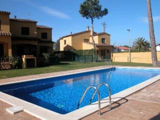 Casa adosada con jardin y piscina  (ideal niños)