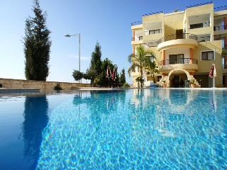 Beautiful 2 Bedroom, Top Floor With Infinity Pool, Paphos