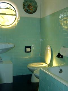 the main bathroom on the ground floor, vintage and clean
