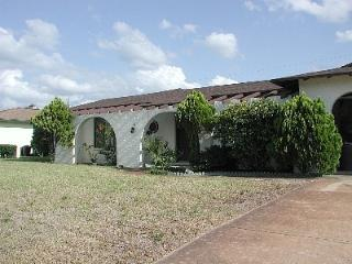 PRIVATE AND SPACIOUS HOUSE STEPS FROM THE BEACH, Ormond Beach