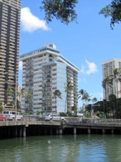 Nicely Appointed 2 Bedroom Condo, Honolulu