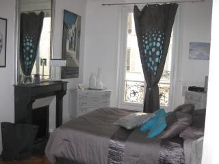 Stylish 6 beds Levis Monceau, Paris