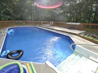 Prestige & Glamour Pool Home W/Hot Tub in Town, East Stroudsburg