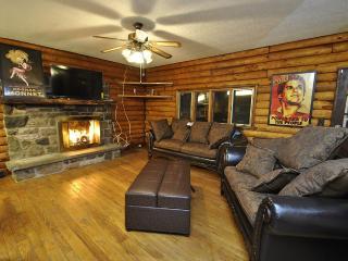 Beautiful Log Home w/Hot Tub, min's to Camelback!, Cresco