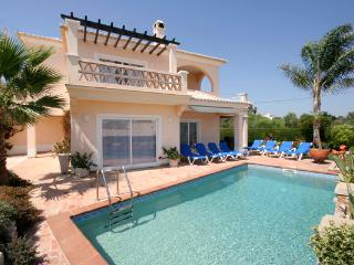 Casa Carolina, Luxury 4 bedroom, Private Pool, Wi-Fi, A/C, close to Meia Praia