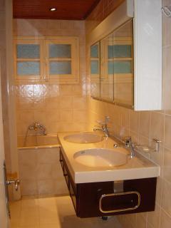 Salle de bain comprenant wc indépendant.