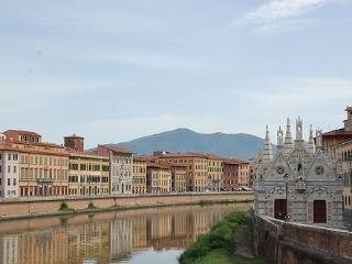 Lovely, 2 floor Tuscan apartment in central Pisa, sleeps 4